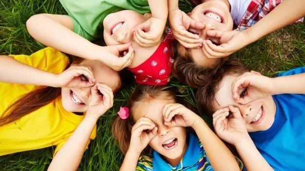children-playing-grass_1098-504